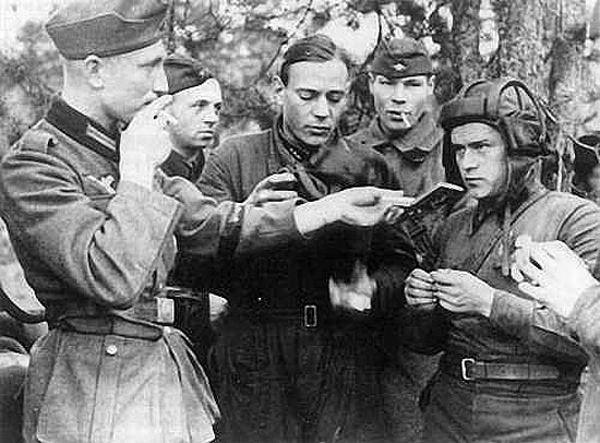 19-nazistii-si-sovieticii-fac-schimb-de-tigari
