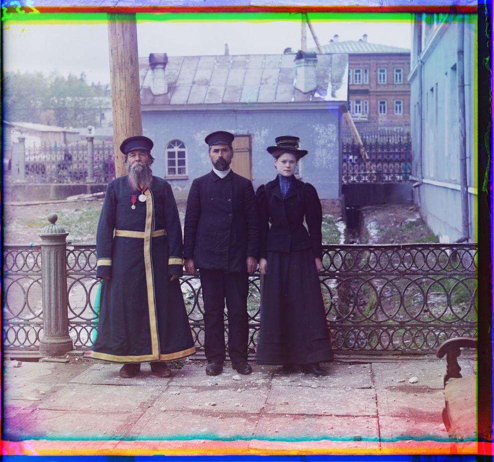 Городкой служащий А.П.Калганов позирует для портрета с сыном и внучкой, город Златоуст