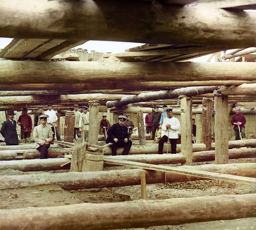 Кладка цемента для шлюза плотины на Оке