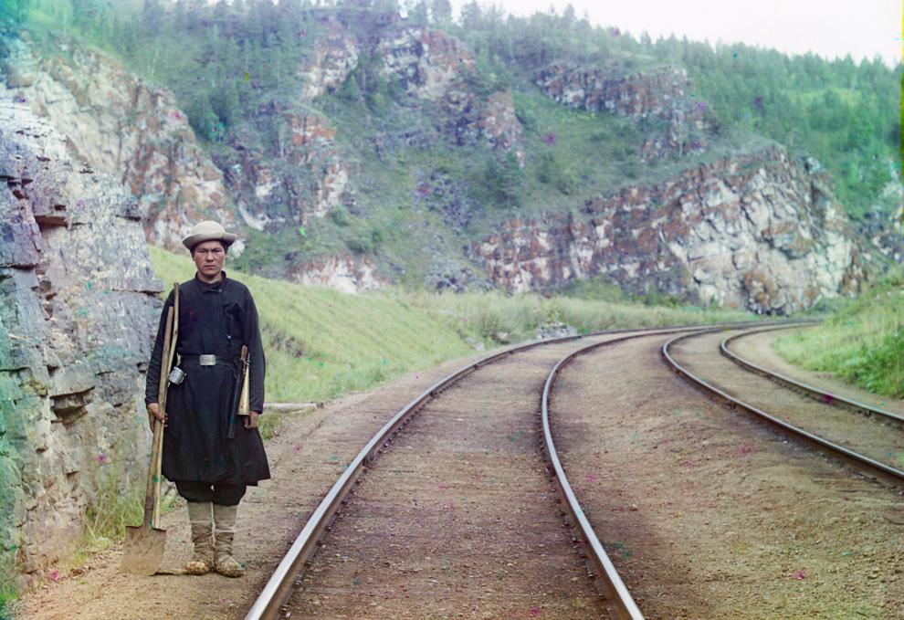 Работник Транс-Сибирской железной дороги недалеко от города Усть-Катав на реке Юрюзань