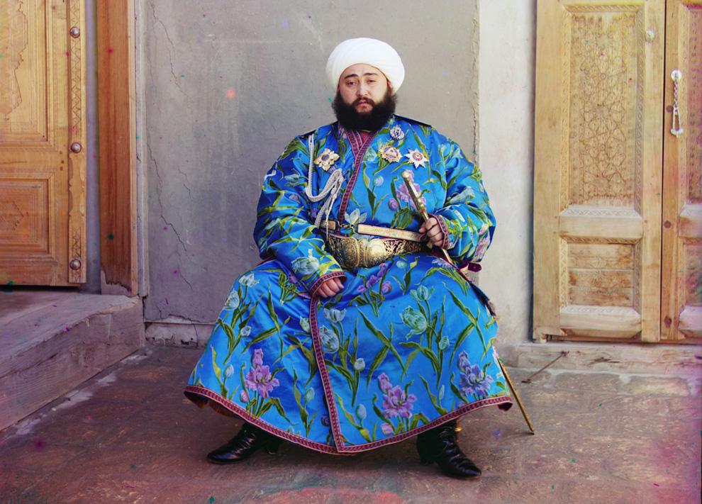 Эмир Сэйид Мир Мохаммед Алим Хан – эмир Бухары – сидит с мечом в Бухаре, 1910