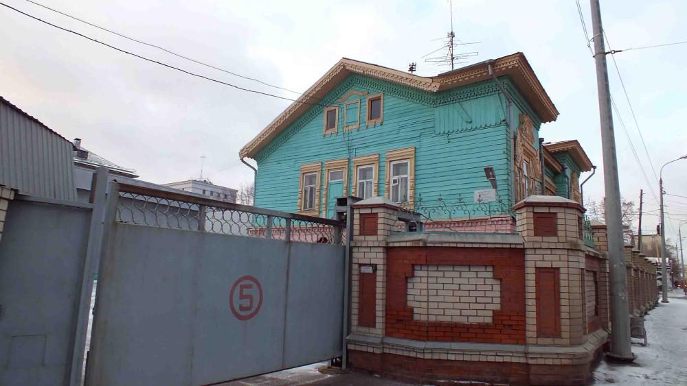 Дом Кр за забором