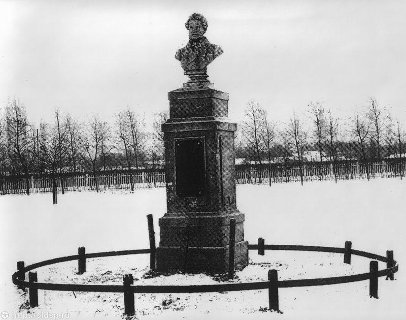 Первый памятник на месте дуэли Пушкина, установленный в 1890-х