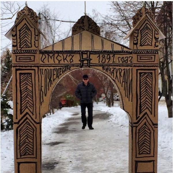 Дед Пахом проходит через Царские ворота в Омске