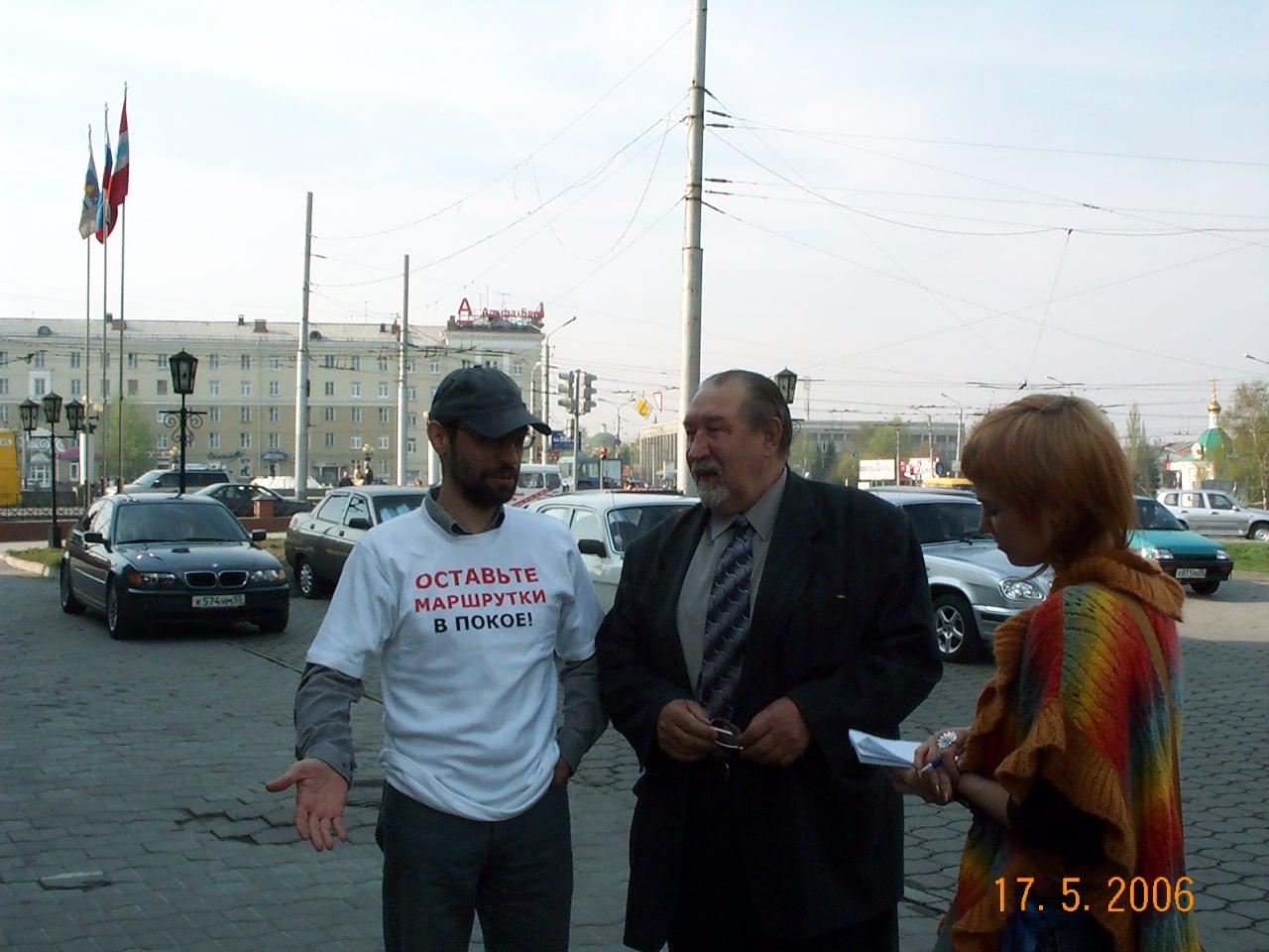 Виктор Корб и Юрий Глебов около Омского горсовета