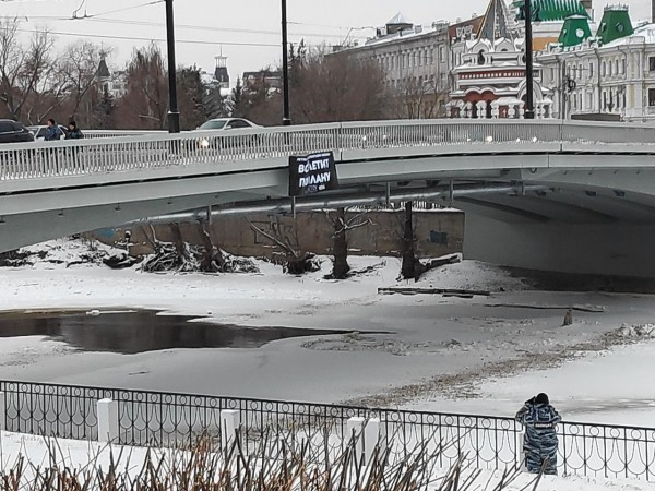 Баннер на мосту