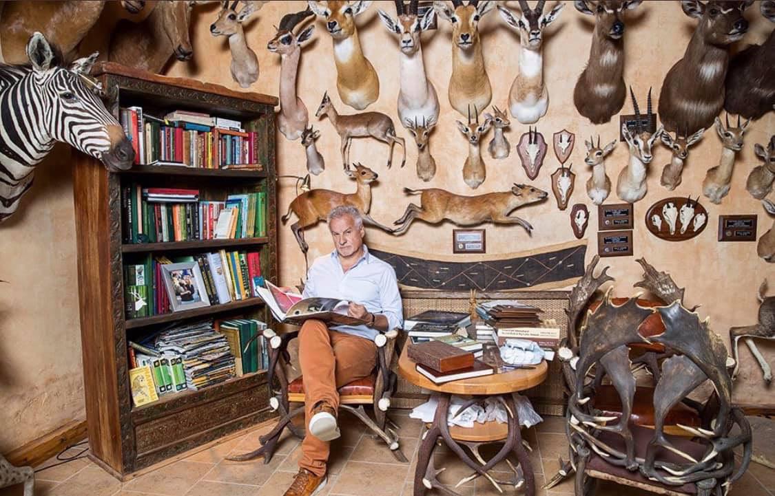Сергей Ястржембский среди своих охотничьих трофеев. Фото из личного аккаунта в Фейсбуке