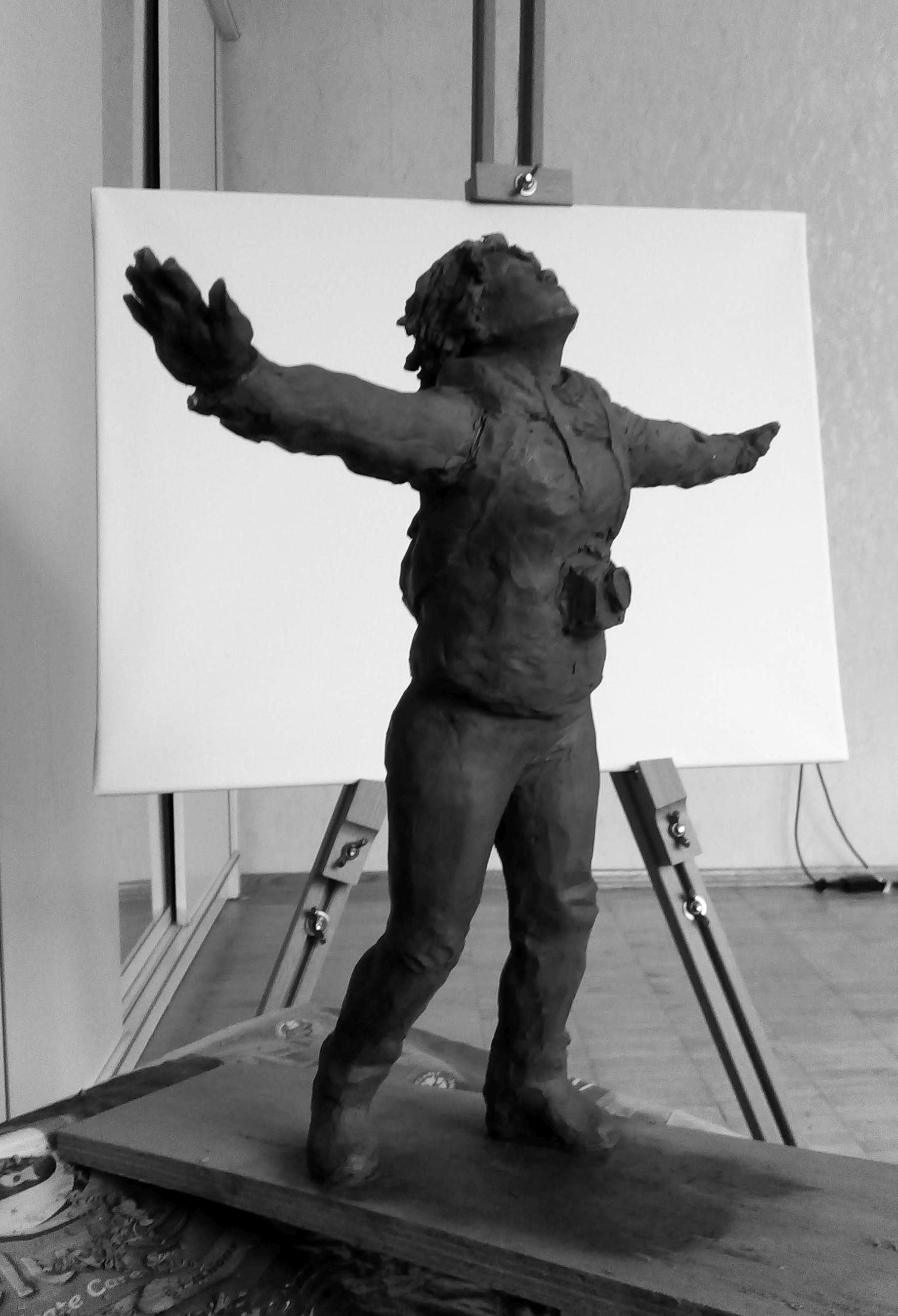 Эскиз памятника Ирине Славиной. Глина, 25 см. © Виктор Корб, 2021. Вид в три четверти, спереди, снизу.
