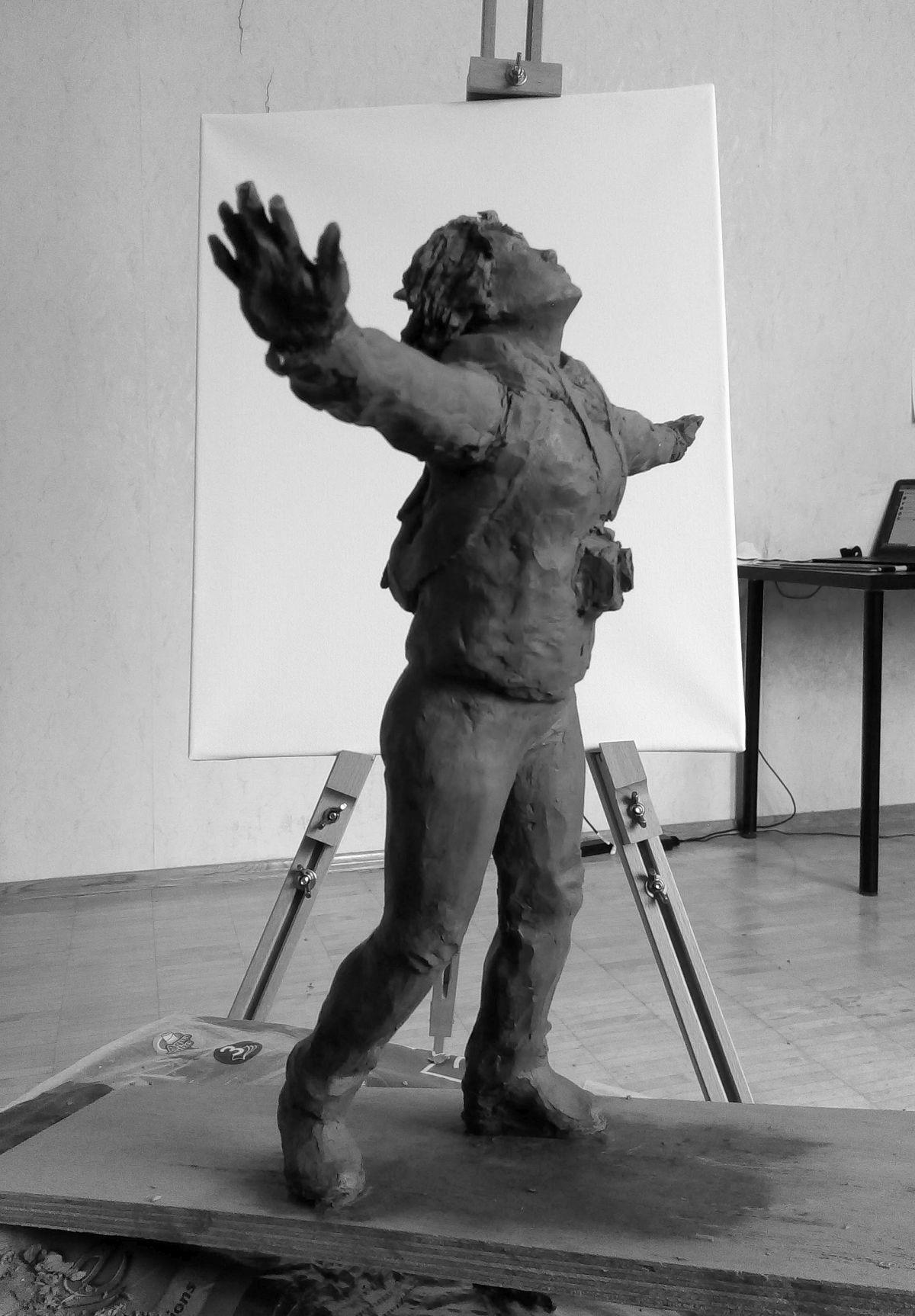 Эскиз памятника Ирине Славиной. Глина, 25 см. © Виктор Корб, 2021. Вид справа, снизу.