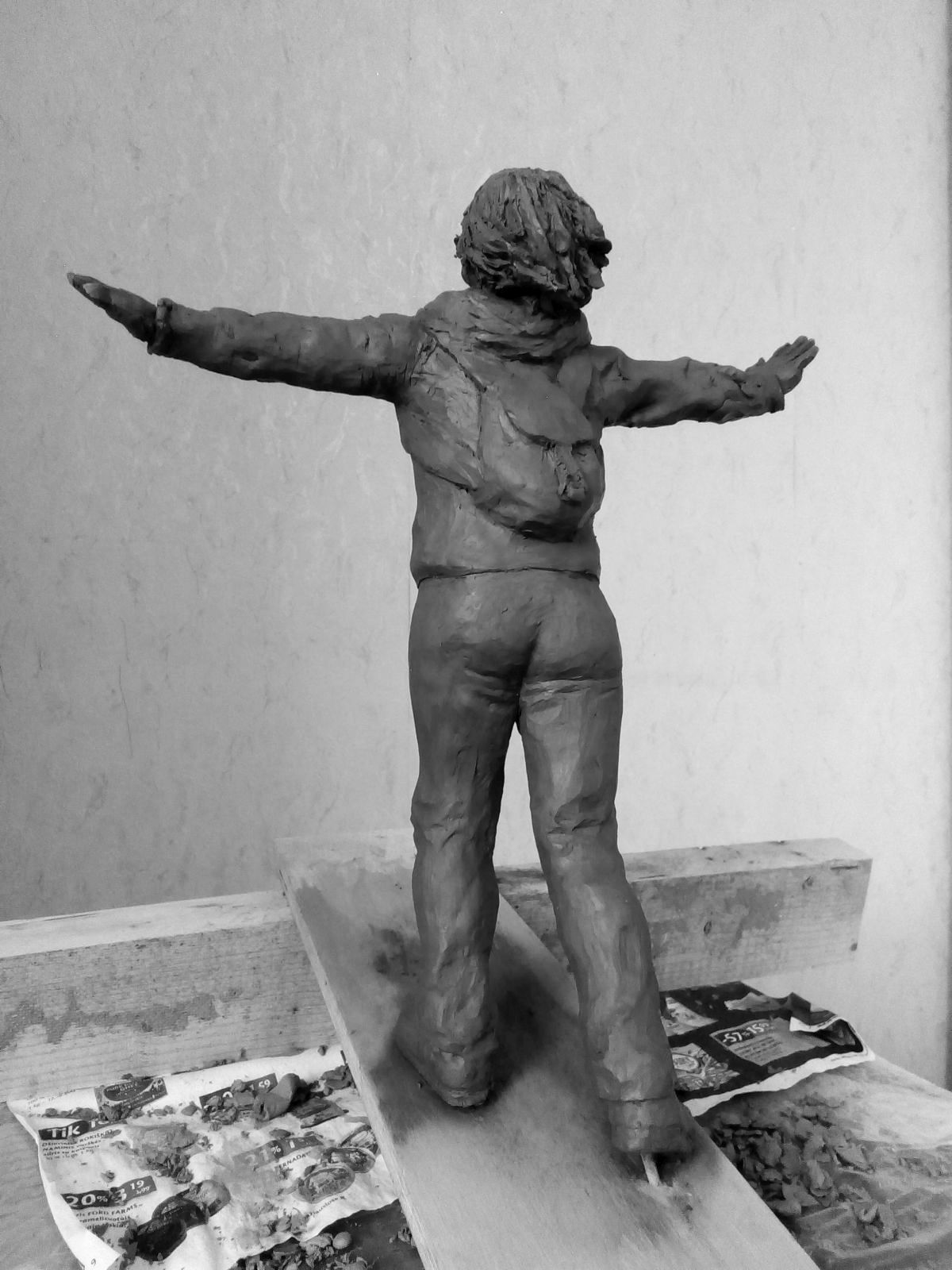 Эскиз памятника Ирине Славиной. Глина, 25 см. © Виктор Корб, 2021. Вид в три четверти, слева, сзади, снизу.