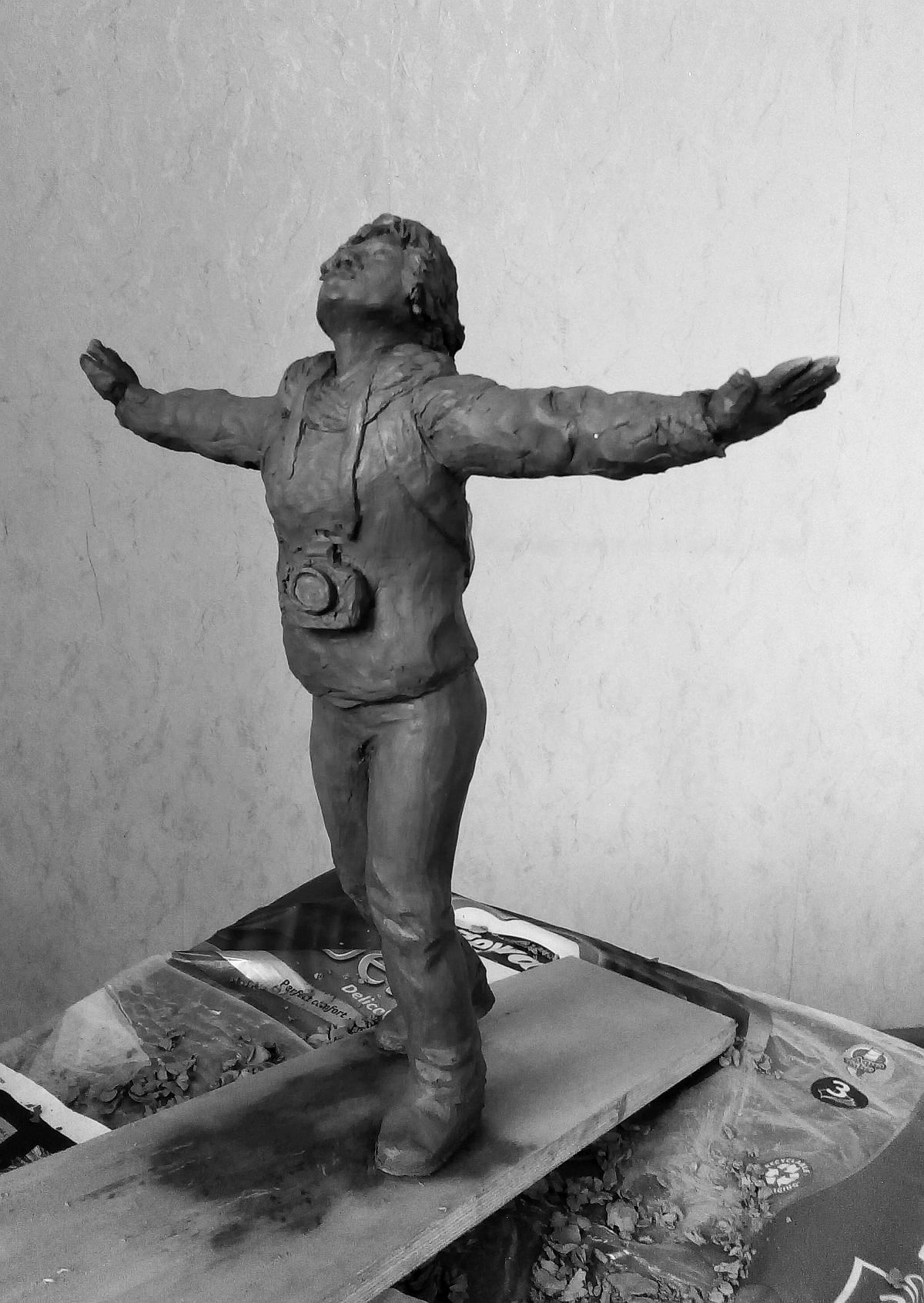 Эскиз памятника Ирине Славиной. Глина, 25 см. © Виктор Корб, 2021. Вид в три четверти, слева, спереди.