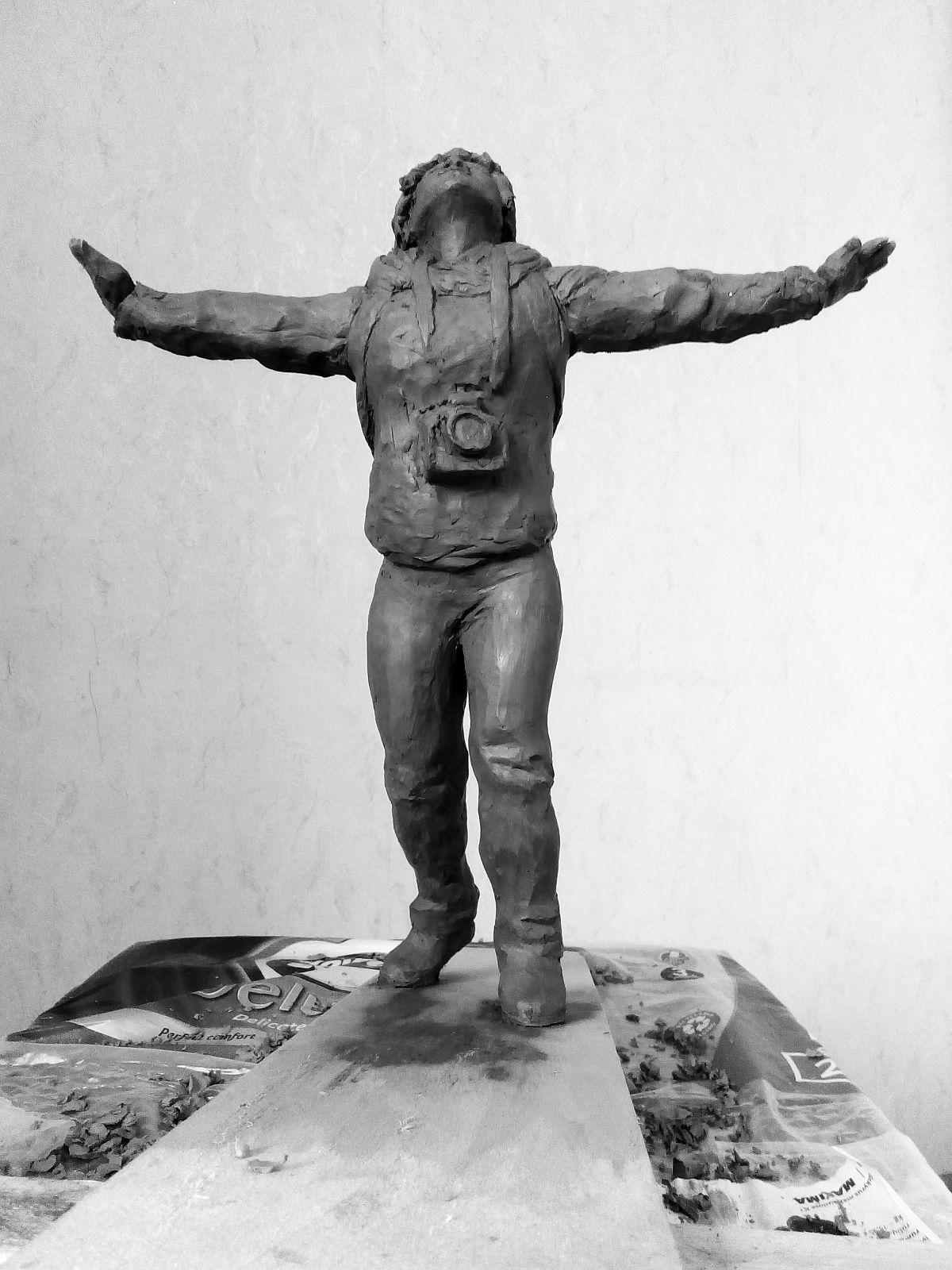 Эскиз памятника Ирине Славиной. Глина, 25 см. © Виктор Корб, 2021. Вид спереди, снизу.