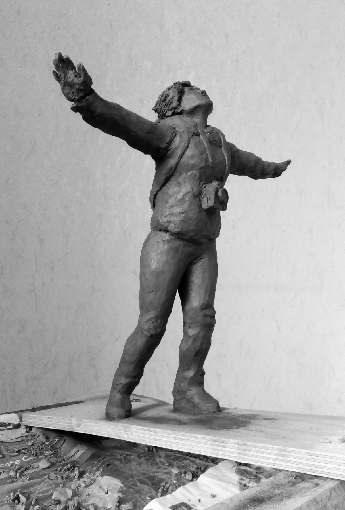 Эскиз памятника Ирине Славиной. Глина, 25 см. © Виктор Корб, 2021. Вид в три четверти, спереди, справа, снизу.
