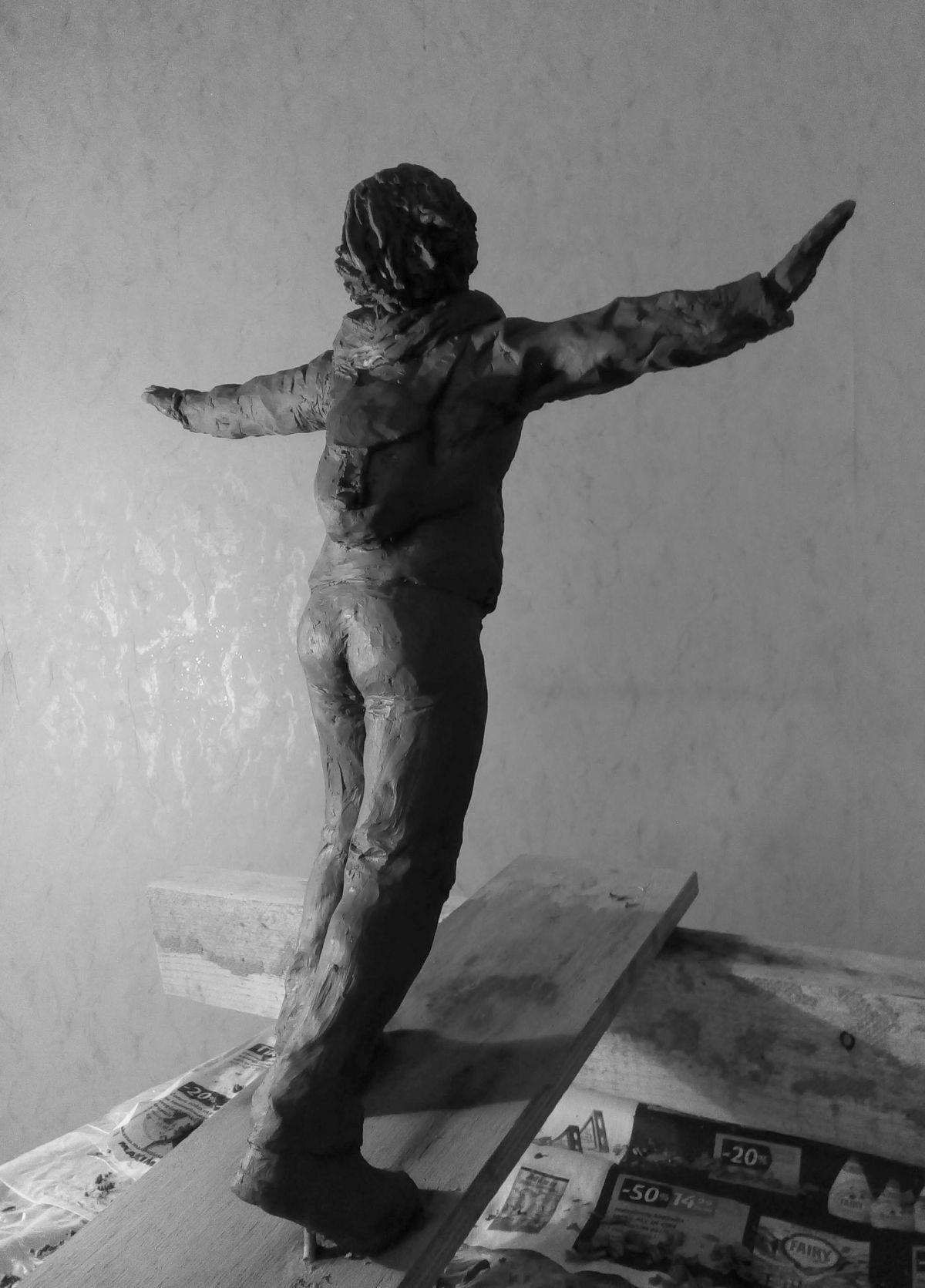 Эскиз памятника Ирине Славиной. Глина, 25 см. © Виктор Корб, 2021. Вид в три четверти, сзади, справа.