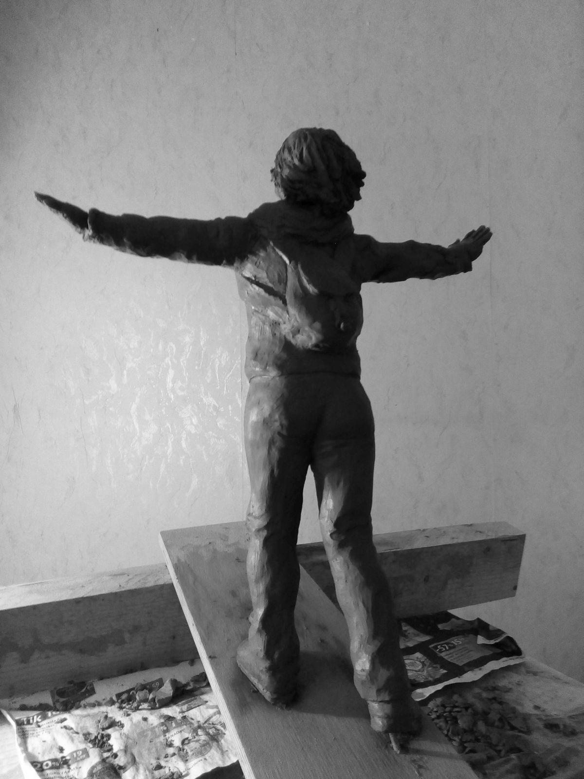 Эскиз памятника Ирине Славиной. Глина, 25 см. © Виктор Корб, 2021. Вид в три четверти, сзади, слева.