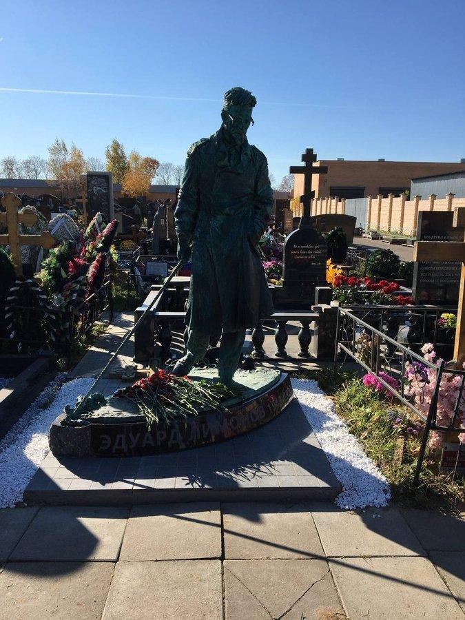 Памятник Эдуарду Лимонову работы скульптора Михаила Баскакова на Троекуровском кладбище Москвы открыт 10 октября 2021 года.