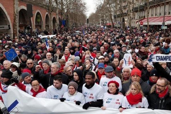 Политическая мода в Париже сменила «желтые жилеты» на «красные платки»