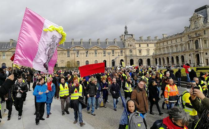 Бедные россияне не готовы отстаивать свои права, в отличие от сытых французов