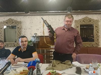 Дмитрий Ионин и его помощник Павел Грибков на пресс-конференции в кафе