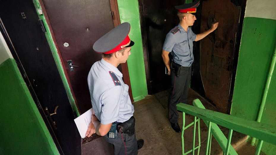 Мне звонят в дверь, говорят: «Откройте, полиция!» Что делать?