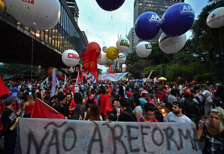 В Бразилии 45 миллионов вышли против пенсионной реформы – не как у нас!