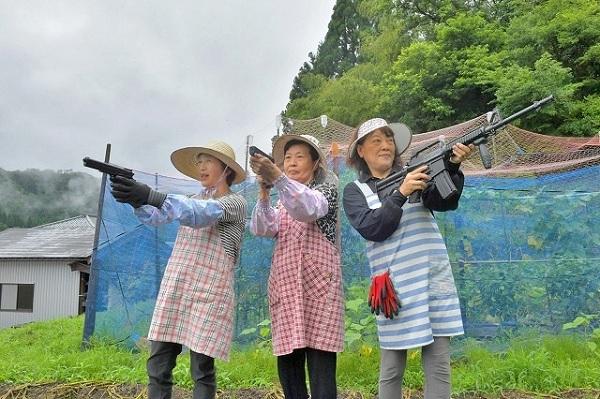 «Неудержимые»: вооруженные японские бабушки объявили войну обезьянам