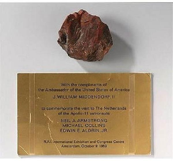 Американский лунный камень оказался деревяшкой