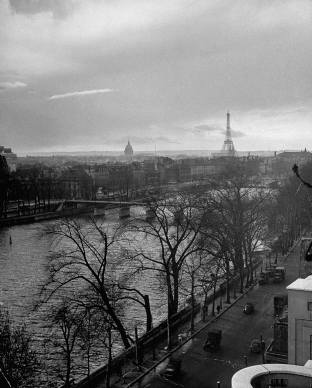 131121-paris-1946-eiffel-tower-01