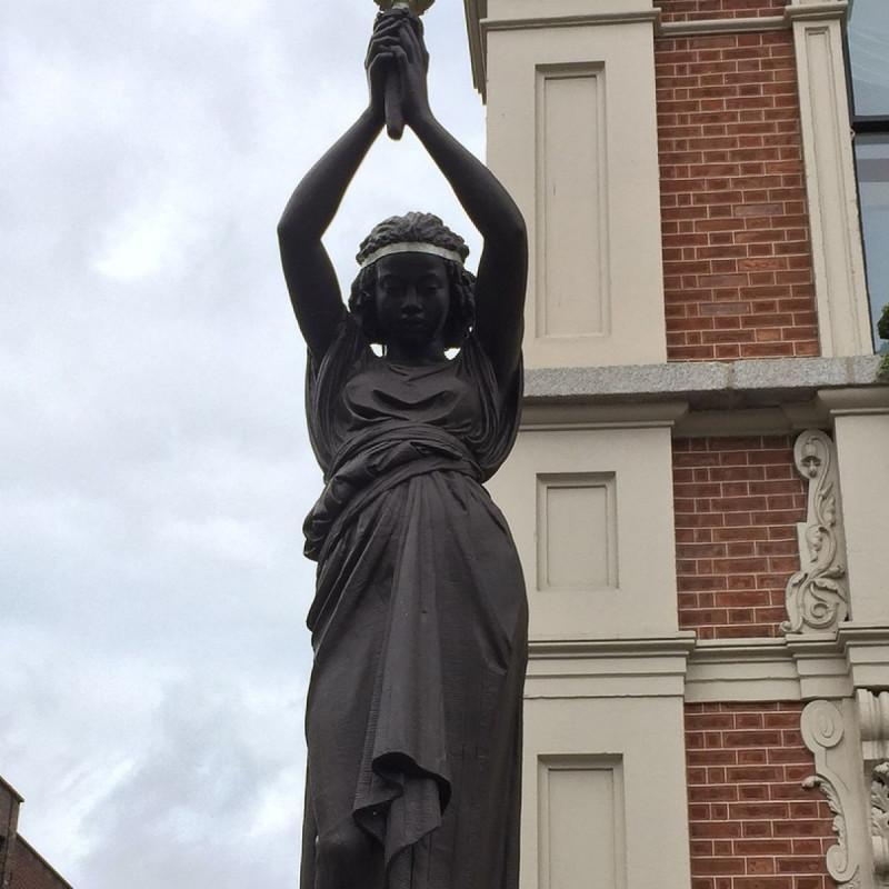 Одна из двух статуй Аиды