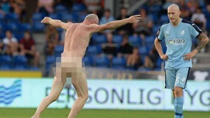 Чемпион Европы по футболу выбежал голым на поле во время матча