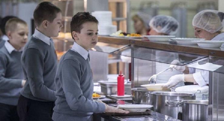 Школьники в России начали падать в голодные обмороки