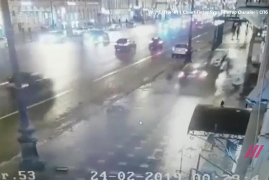 На Невском проспекте BMW сбил людей на тротуаре. Погибли гражданин США и москвичка