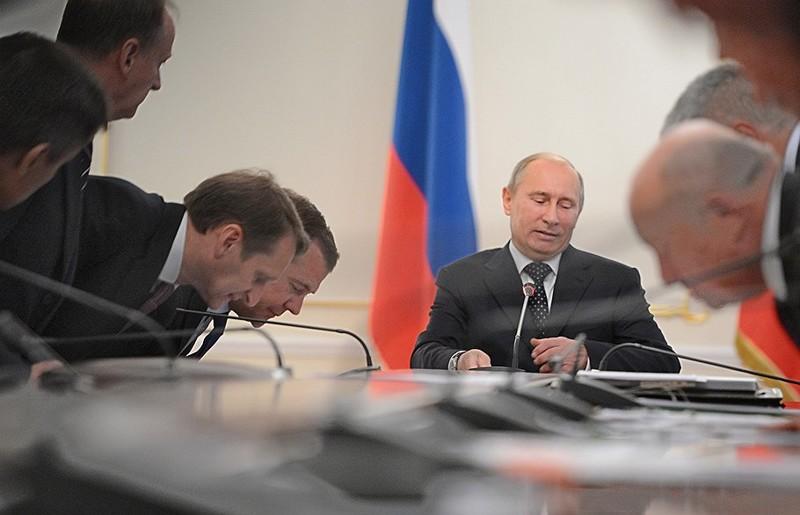 Почему поддержка 100 тысяч высших лиц для Путина важней обиды миллионов