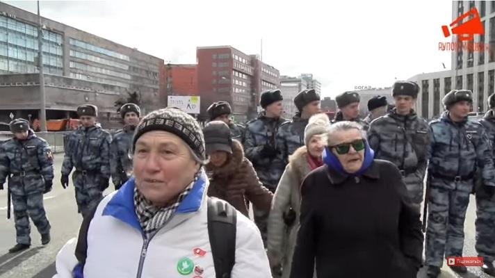 Старушки после митинга в Москве: « На своей земле мы рабы!»