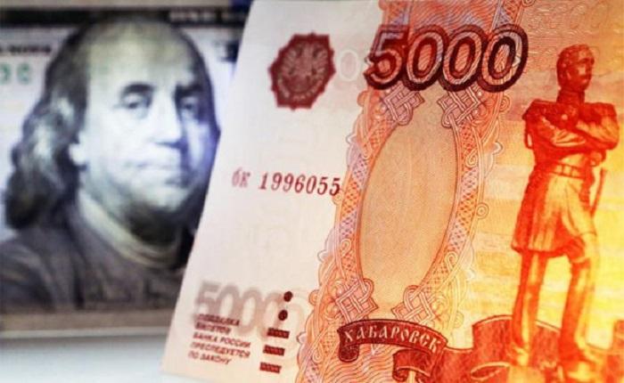 Пока страна зарабатывает валюту, правительство выталкивает ее вон