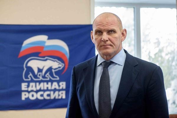 Депутат Карелин гонит народ с шеи государства: там все места заняты