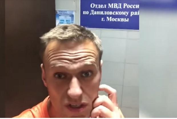 Навальный в трусах находится в отделении полиции,а хотел купить цветы
