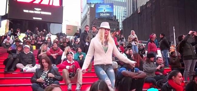 Толпа в Нью-Йорке не обратила внимания на обнаженную модель