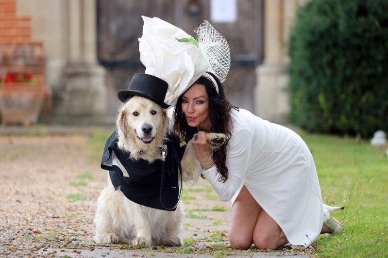 Британская модель вышла замуж за своего пса в прямом эфире