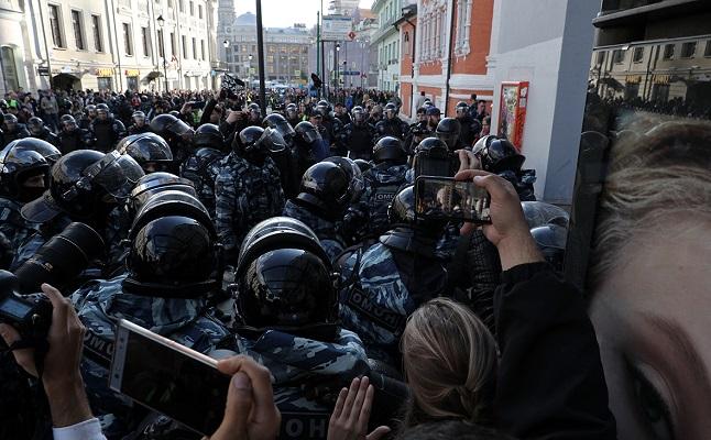 МВД не подтвердило личность ударившего девушку на акции полицейского