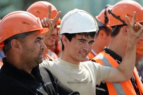 Зачем власти РФ дарят льготы мигрантам и своим дельцам, удравшим за рубеж?