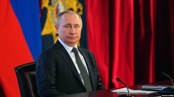 Путин внёс в Конституцию поправки с упоминанием бога и семьи