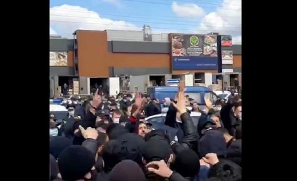 В Москве сотни мигрантов устроили акцию протеста