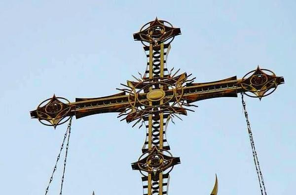 Почему кресты на церквях выглядят как антенны?