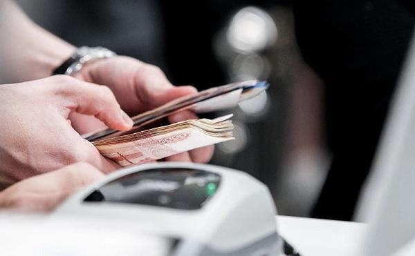 У банкомата может поджидать мошенник. Как не попасться на обман