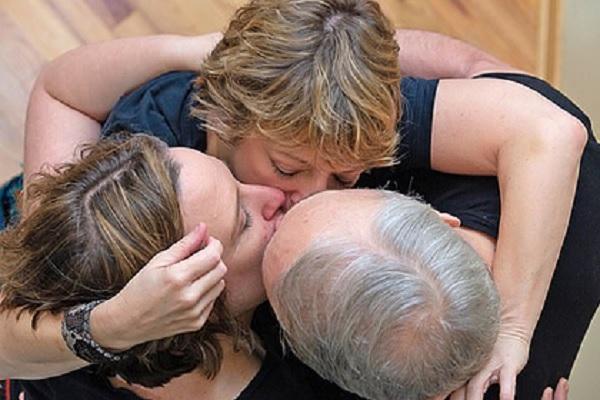 Мужчина и две женщины завели взаимные отношения и составили график секса