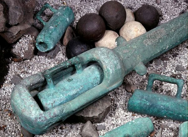 1588-Spanish-Armada-Swivel-gun-and-cannon-balls-from-the-Girona