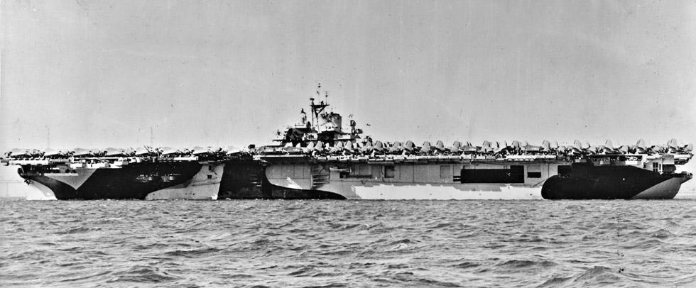 USS_Essex_CV-9_broadside_dazzle_1944