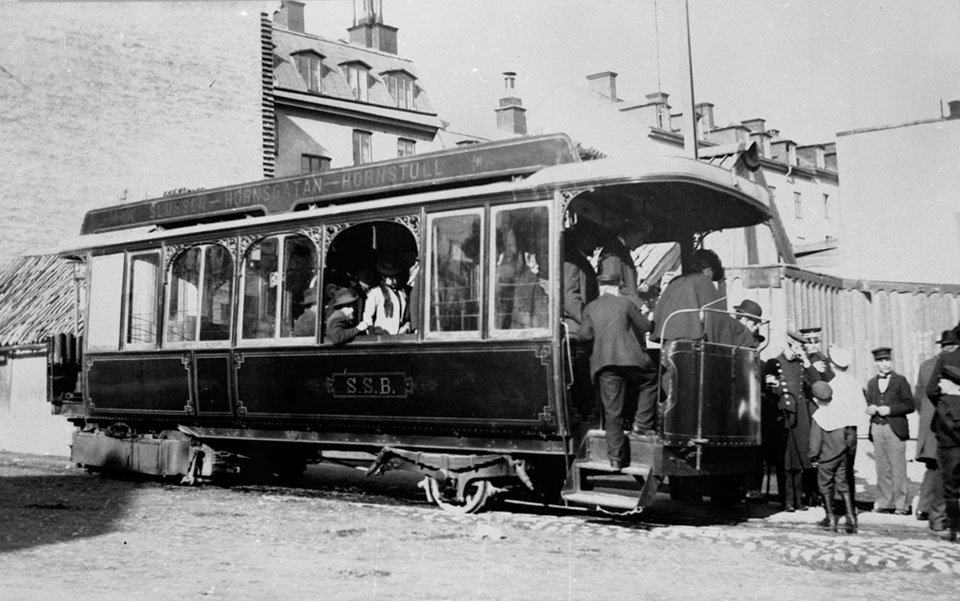 Steam_tram_with_passengers_in_Stockholm_1901