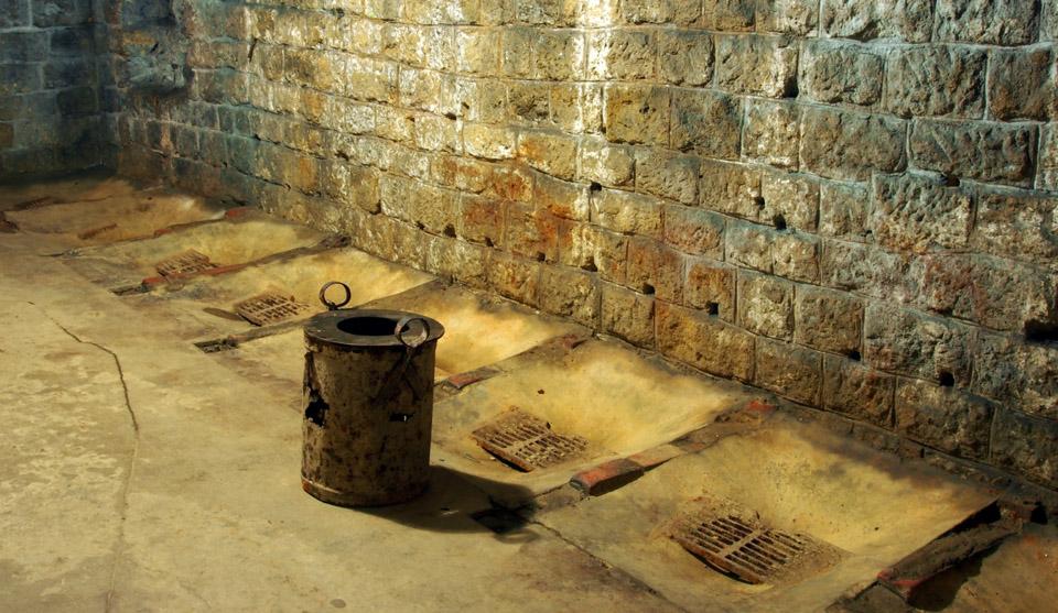 Fort_de_Douaumont_latrine